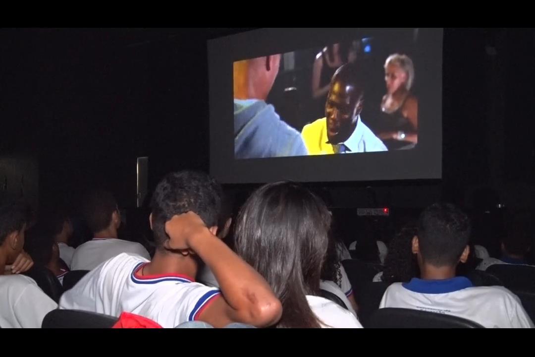 Cine Esmal aborda o tema 'bullying' com estudantes